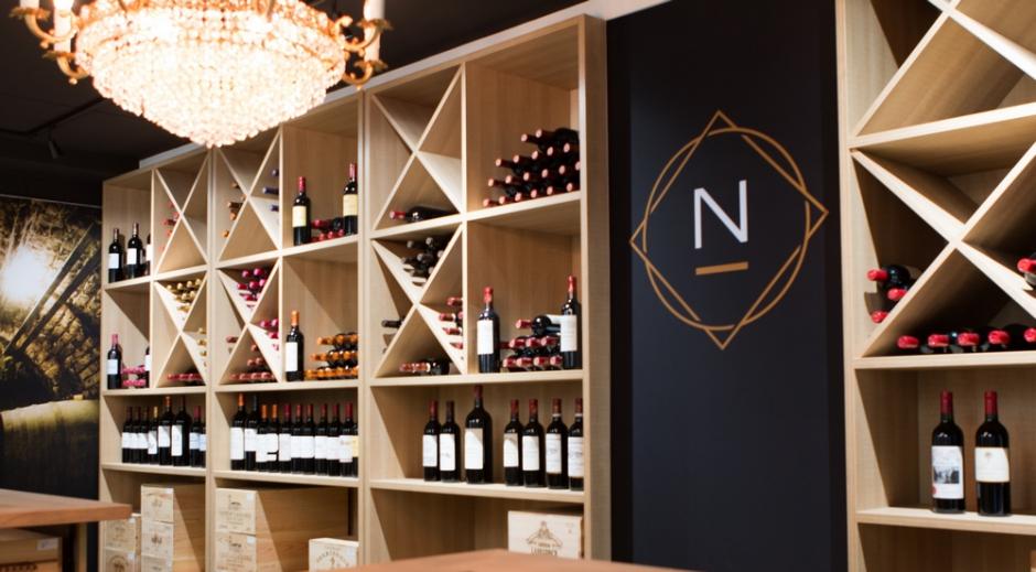 Wijn kopen in een wijnhandel heeft als voordeel dat er steeds iemand aanwezig is met een uitgebreide kennis van wijn en van het aanbod ter plaatse.