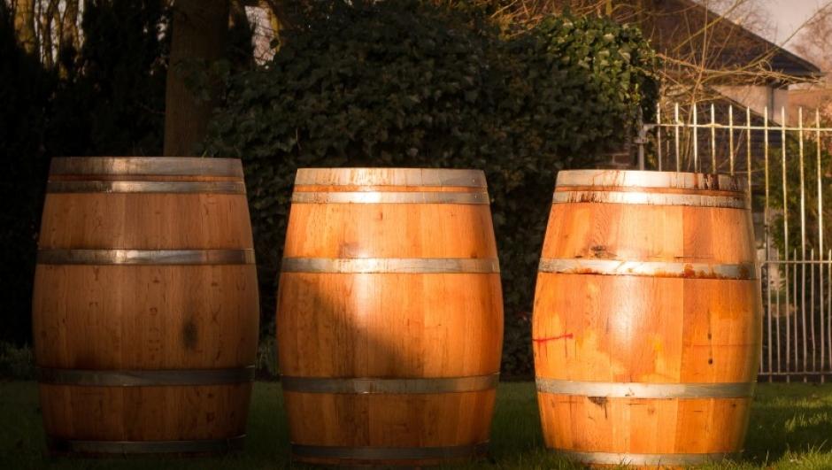 Wie zelf aan wijn bewaren doet komt de meest uiteenlopende meningen tegen over of het nu beter is de wijn liggend of rechtstaand te bewaren.